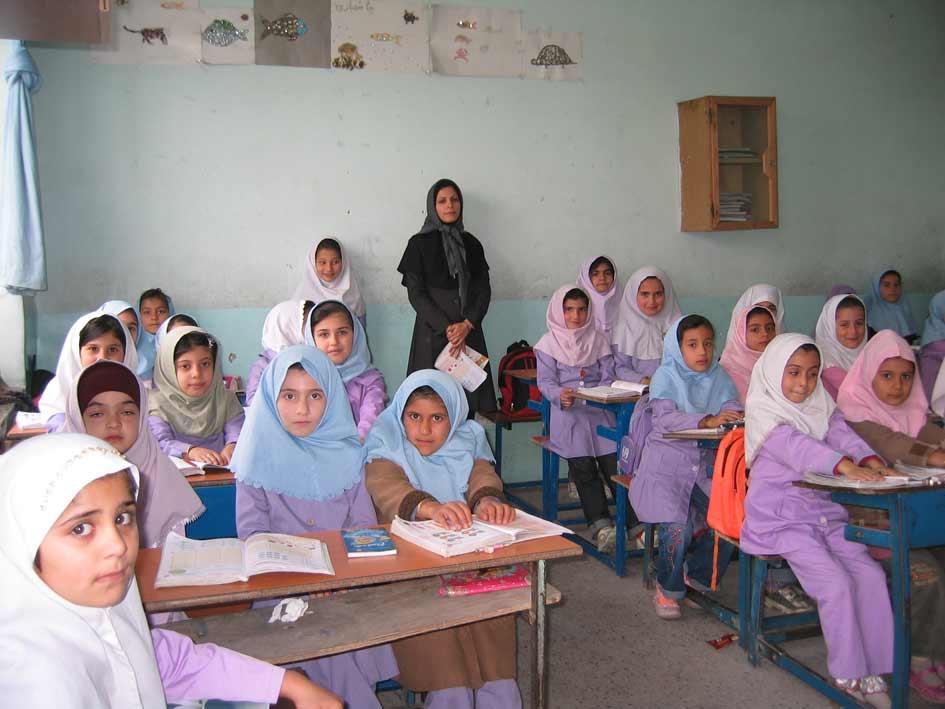 آموزگار پایه دوم در جمع دانش آموزان