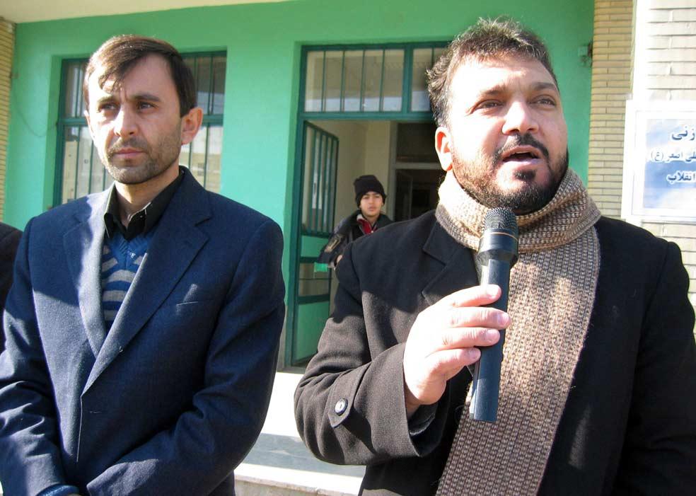 از سمت راست آقای قادر وظیفه مسئول واحد فرهنگی منطقه و آقای مطلب محبی مدیر آموزشگاه امید انقلاب