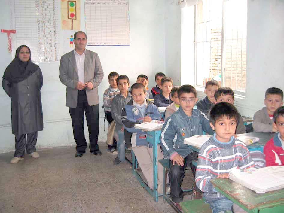آقای احمدی و آموزگار دوم ابتدایی دبستان شهید سلیمان1