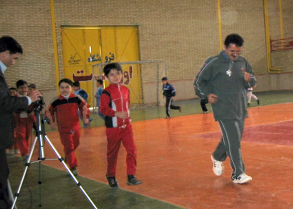 بنده (علی اكبر ادهم) و دانش آموزانم در حال اجرای مرحله اول تدریس