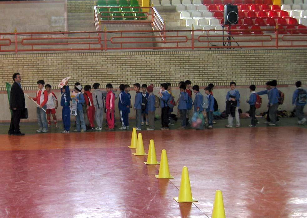 بنده و دانش آموزانم در حال ورود به سالن ورزشی